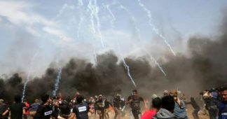 Israeli forces kill three Gaza border protesters, wound 400