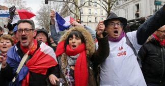 """A la Marche républicaine des libertés, l'impossible dialogue entre """"foulards rouges"""" et """"gilets jaunes"""""""