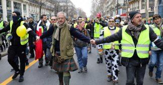 """Comment les """"gilets jaunes"""" ont mis en place des services d'ordre pour encadrer leurs manifestations"""