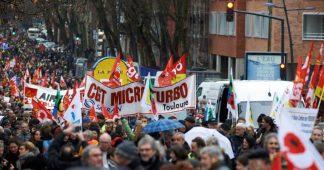 """La manifestation des syndicats et des """"gilets jaunes"""" a rassemblé 300 000 personnes selon la CGT, 137 200 selon le gouvernement"""