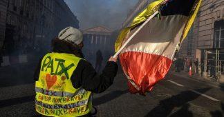 Gilets jaunes et CGT défilent côte à côte partout en France