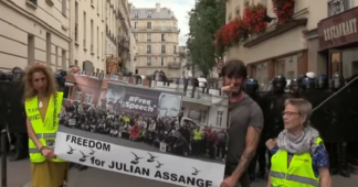 «Liberté pour Julian Assange»: des Gilets jaunes affichent leur soutien au lanceur d'alerte (VIDEO)