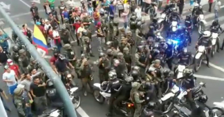 Equador: Τhe army joins the protesters against the police