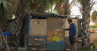 """La Réunion : des """"gilets jaunes"""" vivent sur un rond-point"""