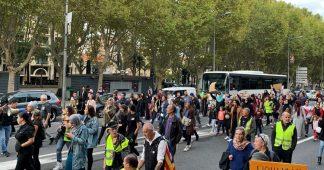 Gilets Jaunes et femmes voilées unis dans la rue à Perpignan