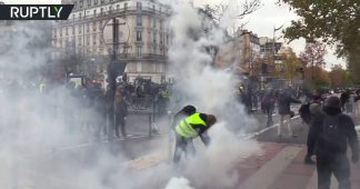 Tear gas & bonfires: Scuffles with police as Yellow Vests block roads in Paris ahead of 1st anniversary of protests