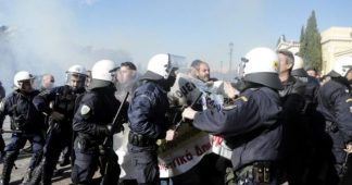 Riot police fires tear gas at hospital doctors protesting privatization of Health