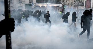 Tear gas vs rocks: Anti-pension reform & Yellow Vests protests get heated in France