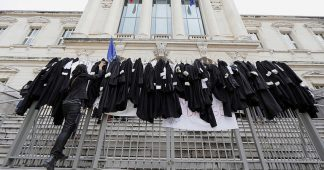 French lawyers throw off their robes to back ongoing STRIKE against pension reform