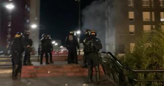 Gaz lacrymogène et heurts dans une manifestation à Paris en soutien aux migrants et aux sans-papiers