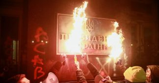 Ukrainian presidential office in Kiev vandalized by radicals protesting against sentence handed to notorious Neo-Nazi leader