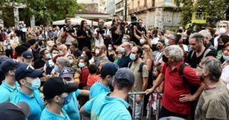 Scuffles between police and crowd waiting to pay respect to Mikis Theodorakis