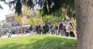 L'extrême droite a attaqué des membres du KNE à Thessalonique avec des pinces et des chaînes