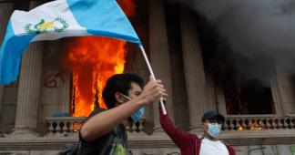 La colère monte contre le président du Guatemala : le parlement incendié